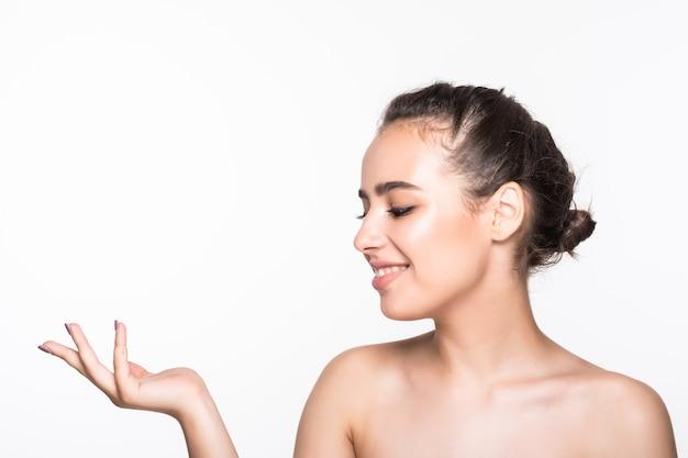 Belle jeune femme avec une peau propre et fraîche posant