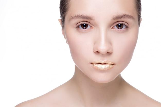 Belle jeune femme avec une peau propre et fraîche regarde la caméra. traitement facial . cosmétologie. espace copie