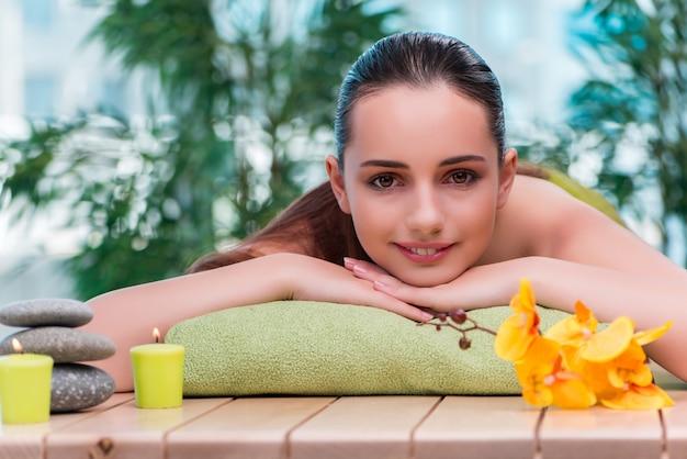 Belle jeune femme pendant la procédure de spa