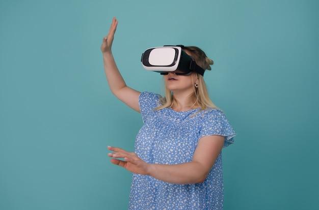 Belle jeune femme portant un casque de lunettes vr. femme dans des lunettes de réalité virtuelle vr. femme regardant avec appareil vr .. concept technologique futur.