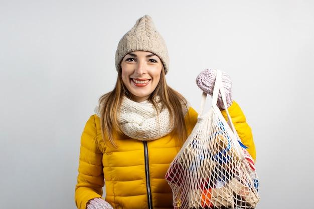 Belle jeune femme portant chapeau de père noël avec des sacs isolés
