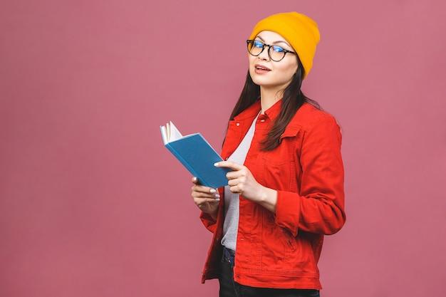 Belle jeune femme portant des lunettes décontractées et debout