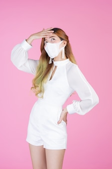Belle jeune femme portant un masque