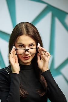 Belle jeune femme porte des lunettes.