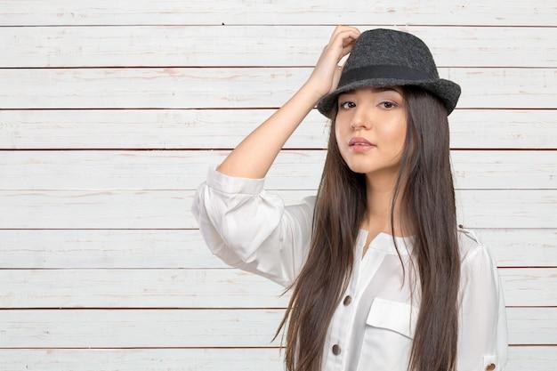 Belle jeune femme, porter, été, fedora, chapeau paille, poser