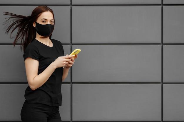 Belle jeune femme porter un masque noir