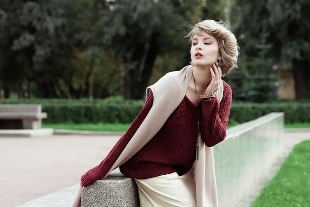Belle jeune femme. portrait de mode glamour. parc d'automne.