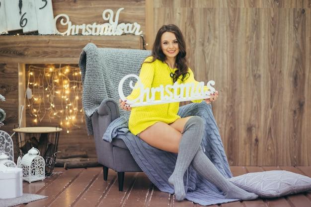 Belle jeune femme posant dans un beau décor de noël