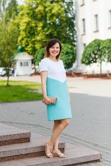 Belle jeune femme posant dans la rue