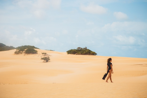 Belle jeune femme posant dans le sable du désert