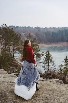 Belle jeune femme posant sur un lac