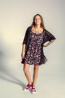 Belle jeune femme posant photo de mode