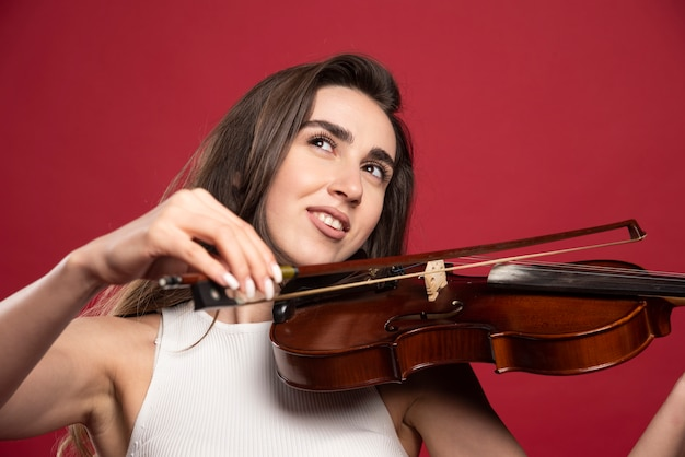 Belle jeune femme posant avec un violon