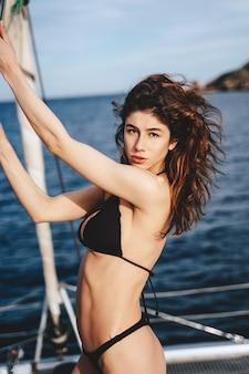 Belle jeune femme posant sur un yacht
