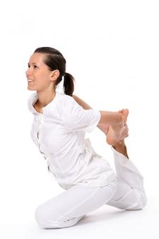 Une belle jeune femme en posture de yoga