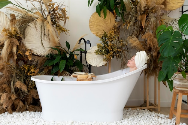 Belle jeune femme prenant un bain