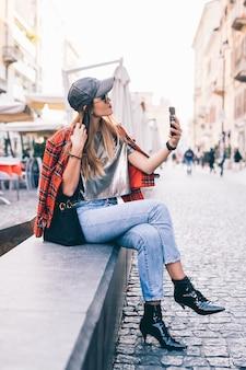 Belle jeune femme prenant un selfie