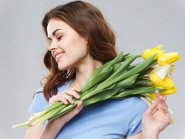 Belle jeune femme de printemps avec des fleurs