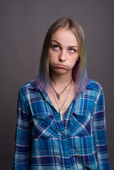 Belle jeune femme rebelle aux cheveux multicolores