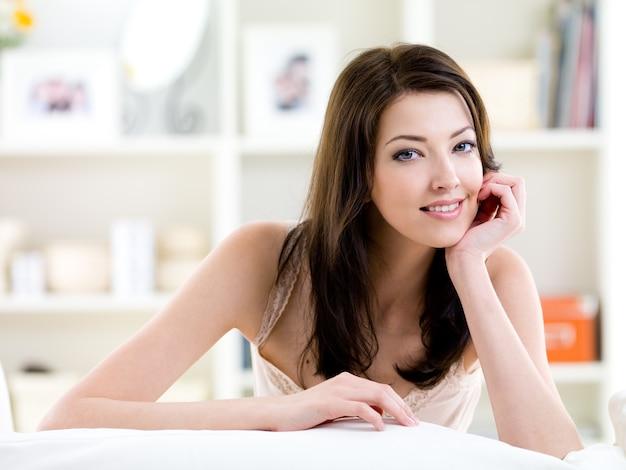 Belle jeune femme à la recherche d'un sourire facile