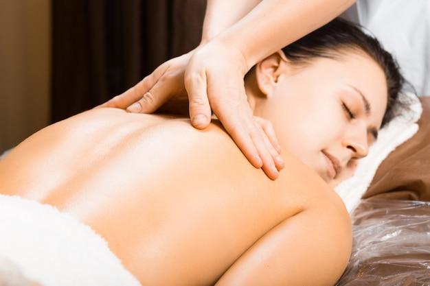 Belle jeune femme relaxante avec massage des mains