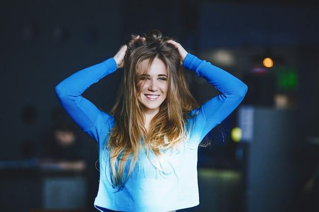 Belle jeune femme réussie à la mode et belle à l'intérieur souriant joyeusement