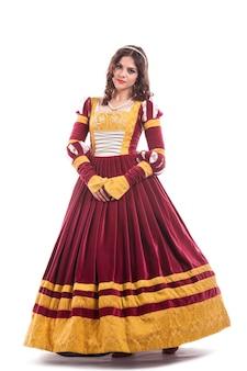 Belle jeune femme en robe d'époque médiévale isolé sur fond blanc