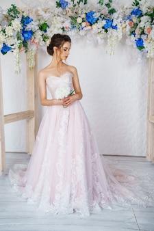 Belle jeune femme en robe de mariée, belle mariée avec un maquillage et une coiffure