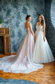 Belle jeune femme en robe de mariée magnifique en studio.