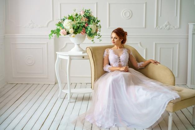 Belle jeune femme en robe de mariée mariée magnifique maquillage et coiffure belle.