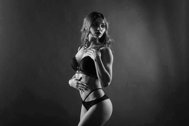 Belle jeune femme rousse avec un serpent avec un maquillage parfait à la mode. prise de vue en studio