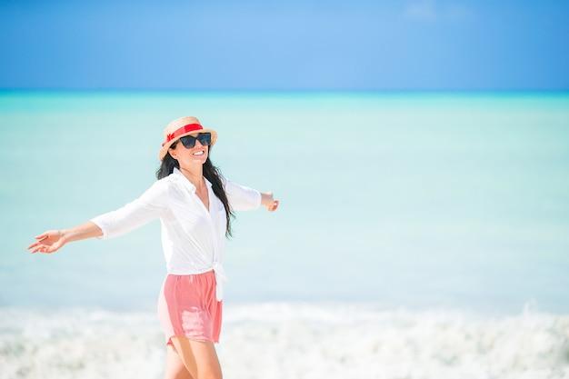 Belle jeune femme s'amuser au bord de la mer tropicale. île des caraïbes