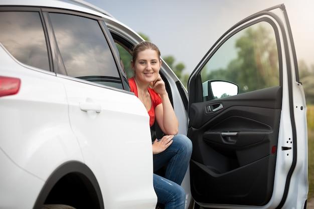 Belle jeune femme s'est perdue en conduisant une voiture à la campagne