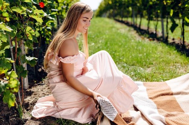 Belle jeune femme s'étale sur un plaid pour pique-nique
