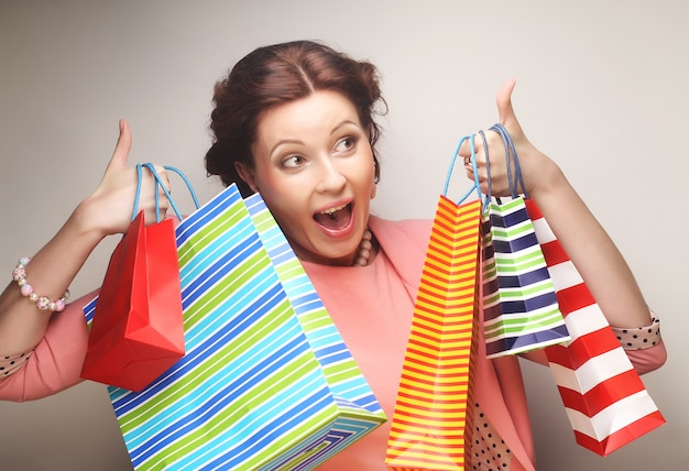 Belle jeune femme avec des sacs colorés
