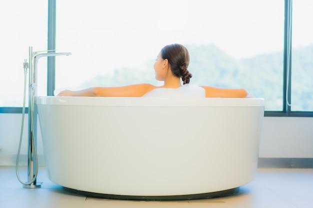 Belle jeune femme se détendre dans la baignoire