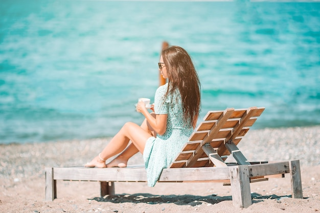 Belle jeune femme se détendre à la plage tropicale de sable blanc