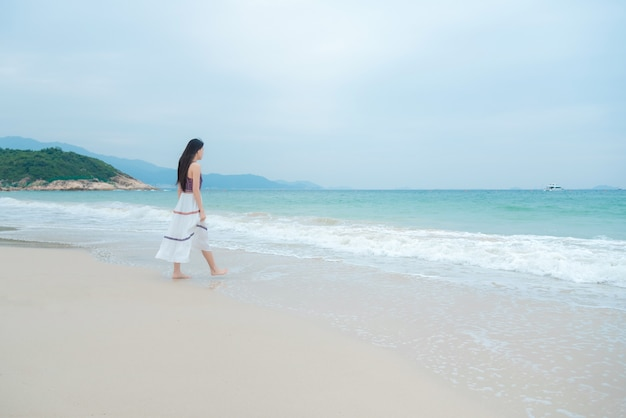 Belle jeune femme se détendre sur la plage