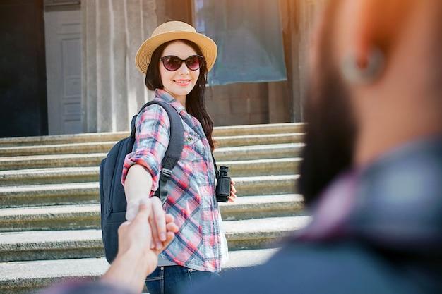 Belle jeune femme se tenir sur l'escalier avec son petit ami et le regarder