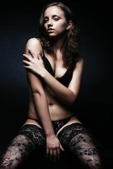 Belle jeune femme séduisante en lingerie sexy