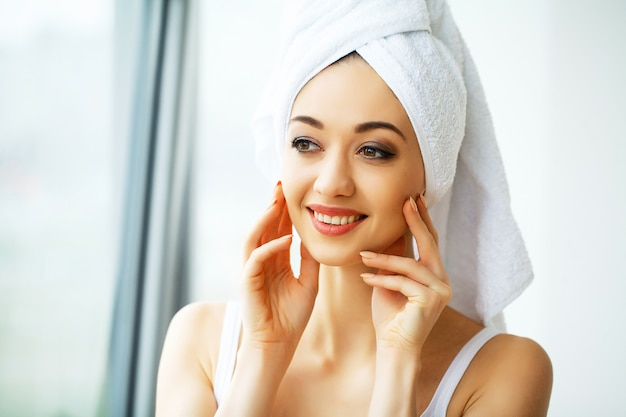 Belle jeune femme en serviette tout prêt à recevoir un traitement de spa. fille pose sexuellement