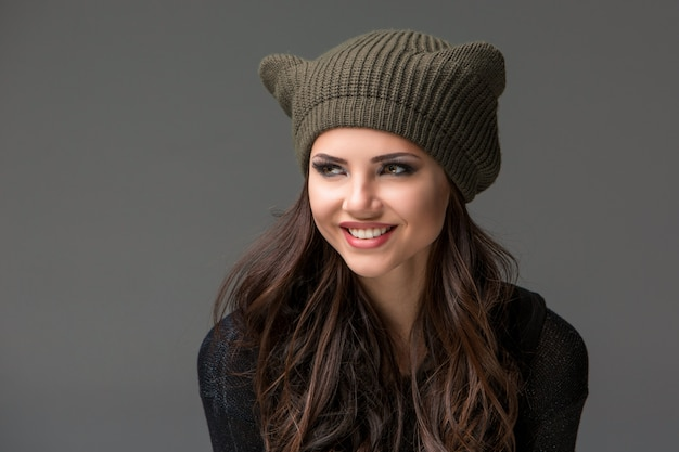 Belle jeune femme sexy dans un drôle de chapeau avec des oreilles
