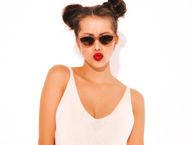 Belle jeune femme sexy hipster avec des lèvres rouges dans des lunettes de soleil ... fait face au canard