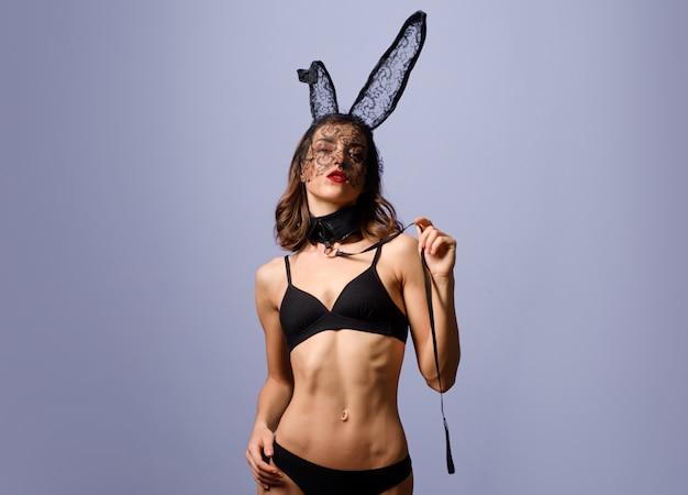 Belle jeune femme sexy portant un lapin de pâques masque noir et semble très sensuelle. pâques lapin