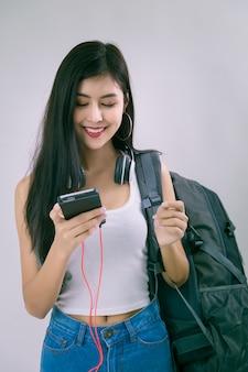 Belle jeune femme avec smartphone