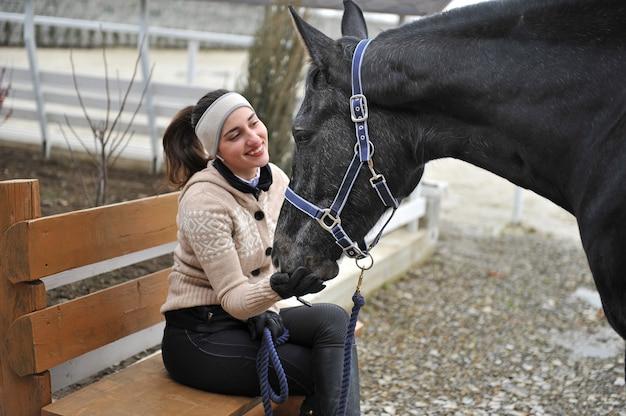 Belle jeune femme avec son cheval de race pure
