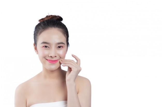 Belle jeune femme avec un sourire heureux expressions du visage et gestes à la main, concepts de beauté et spa