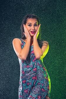 Belle jeune femme sous les éclaboussures de pluie