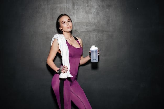 Belle jeune femme sportive debout et posant