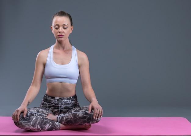 Belle jeune femme sportive en forme de méditation